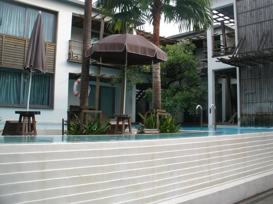 The Paragon Inn:                   Rooms around the pool