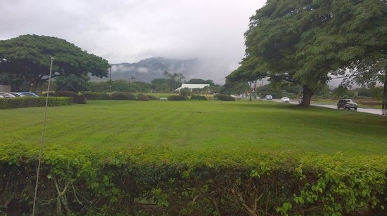Breakers Restaurant:                   Our view from Breakers shows a foggy mountain in the rain
