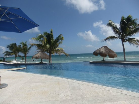 Caribbean Reef Villas :                   Infinity pool with beach in the background