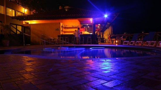 Rio Buzios Beach Hotel: Pileta y barra de noche