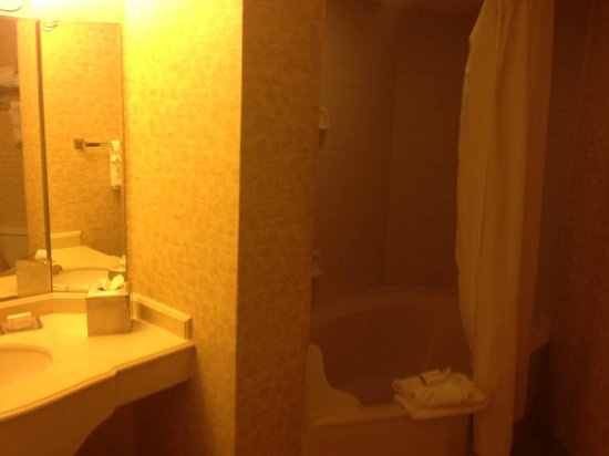 DoubleTree by Hilton Modesto: Room 502 Bathroom