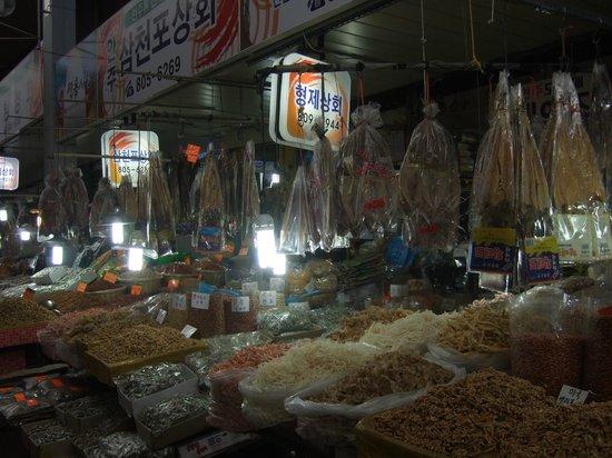 Gijang Market:                   機張市場のとある店先
