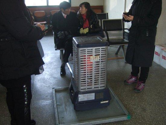 Gijang Market:                   機張駅には採暖用ストーブが有ります。