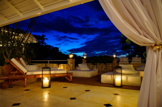 Round Hill Hotel & Villas: Villa 9 Patio at Dusk