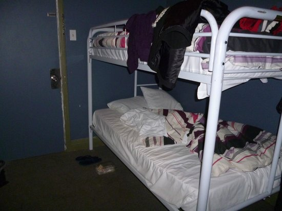 """Hotel Stay Mont Royal :                   """"2 single bed room"""" BUNK BEDS! :("""