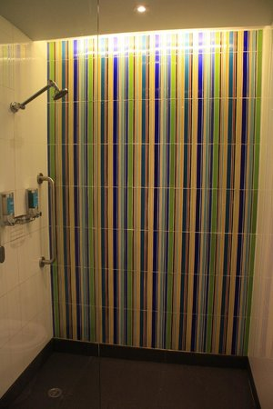 Aloft Bangkok - Sukhumvit 11: Shower in room