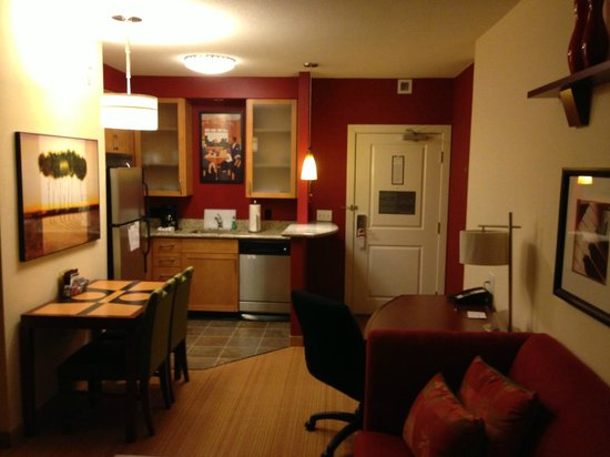 Residence Inn Arlington Courthouse: Studio Room, view from seating area to the kitchen and door