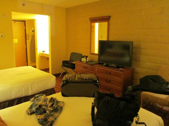 Fiesta Rancho Hotel and Casino: Dresser, TV and bathroom view