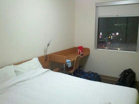 Ibis Budget Hotel Sydney Airport: Bed and desk