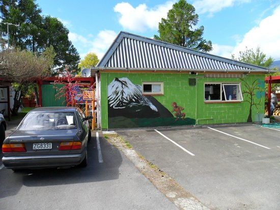 A Plus Backpackers Lodge: gollum looks after your cars