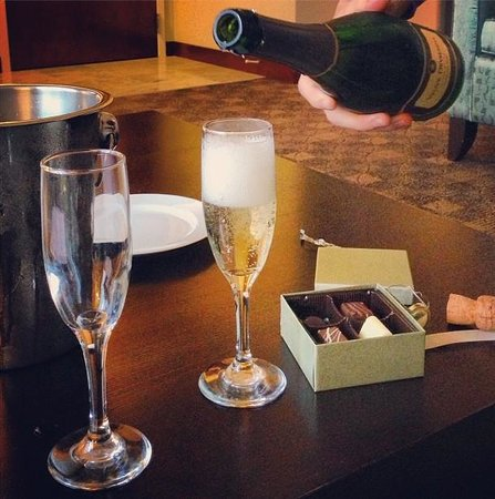 Loews Hotel 1000, Seattle:                   comped champagne!