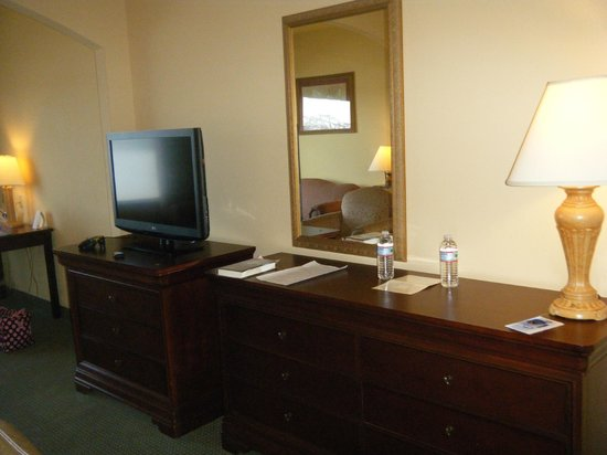 Comfort Suites : the tv & dresser-there was also a fridge in the room.