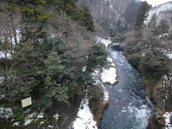Kajikaso Royal Hotel:                   ホテル裏の渓流沿いの散策路1