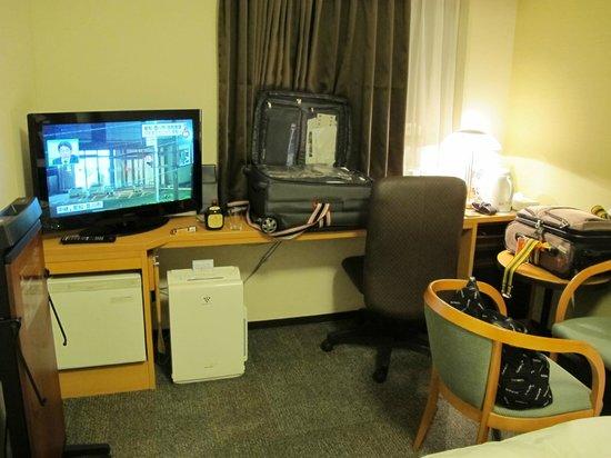 Daiwa Roynet Hotel Nagoya Shinkansenguchi : TV, mini fridge,dehumidifier, and medicinal drink.