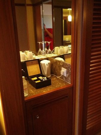 Swissotel The Stamford Singapore: Mini bar with complimentary tea and electric kettle