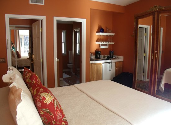 Copper City Inn: Bisbee room with efficient kitchen area and large bath