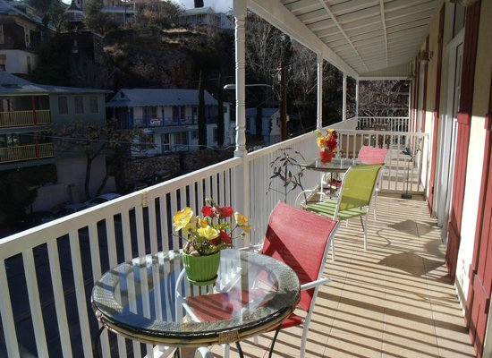 Copper City Inn: Spacious deck with colorful decor