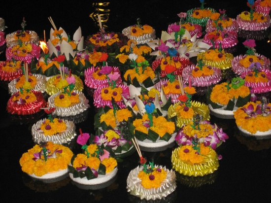 Somerset Park Suanplu:                   Somerset Park's Loy Kratong Celebration