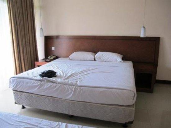Patra Semarang Convention Hotel: The bed