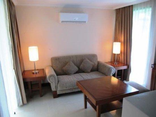 Patra Semarang Convention Hotel: Sitting area