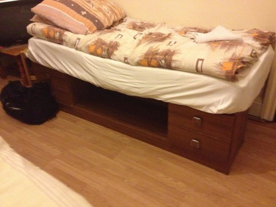 A38 Woodlands Guest House :                   Sleeping on a home made dressing table!!!