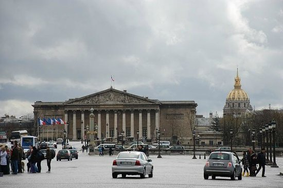 Palais-Bourbon:                   a dx sullo sfondo, cupola dorata Hotel des Invalids