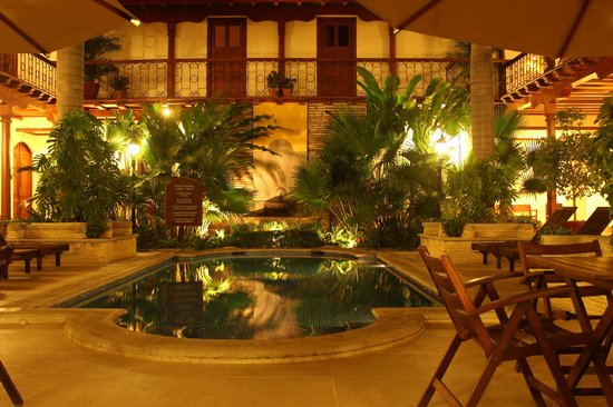 ‪هوتل بلازا كولون:                   The courtyard and pool
