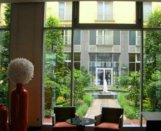 เลอ เมอร์ริเดียน มิวนิค:                   حديقة الفندق من اللوبي