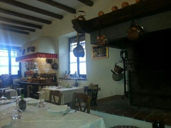cucina in muratura e caminetto - Picture of Locanda CasaVersa 1834 ...