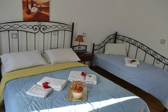 Maistrali Studios: triple room (1 double and 1 single bed)