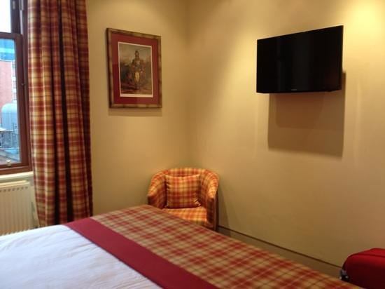 The Pipers' Tryst Hotel:                                     room 5