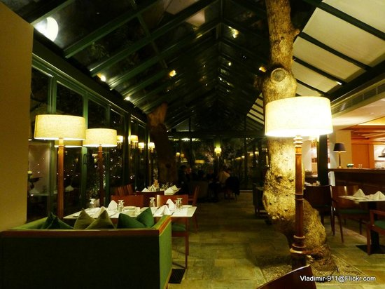 Herodion Hotel: Atrium dinning area