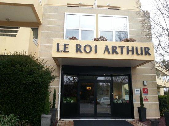 Le Roi Arthur :                   The Enrance of the Hotel