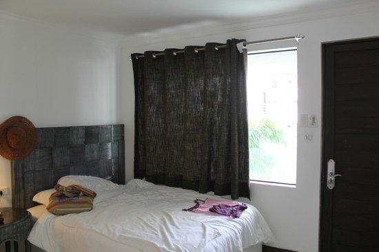 Erus Suites Hotel:                   Шторка на окошке