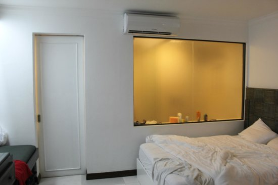 Erus Suites Hotel:                   Стена в ванную