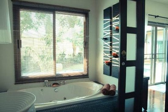 Two Villas Holiday Oriental Style Naiharn Beach:                   Jacuzzi bathroom