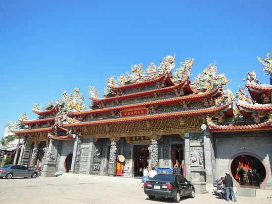 Luermenma Temple :                   荘厳な装飾がされた正面の門
