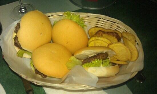 Los Amigos d Paco: combo de 4 hamburguesas variadas con patatas chips caseras.