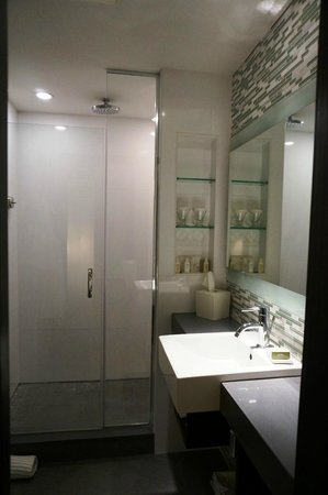 The Palms Hotel & Spa : Bathroom with shower