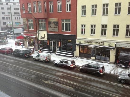 Ibis Styles Berlin Mitte:                   affacciata alla finestra