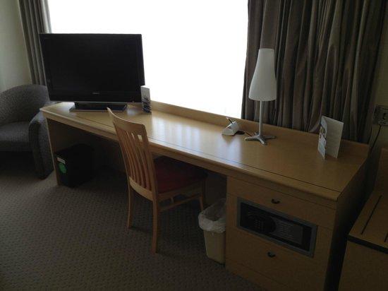 Novotel Rotorua Lakeside:                   Desk area with Tv and view towards the city