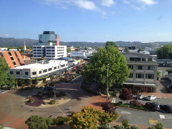 Novotel Rotorua Lakeside:                   The view from the room towards the city and restaurant area