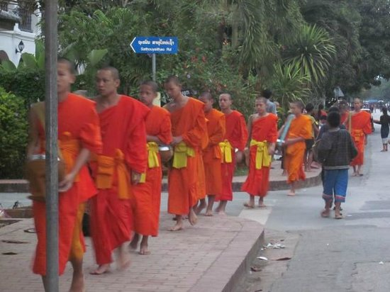 Souk Lan Xang Guest House : Monks recieving their alms just up the road