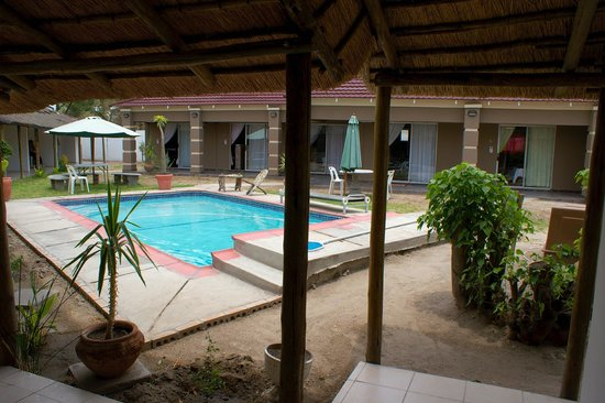 Kamanga Safari Hotel: Kamanga Lodge, view from pool and rooms