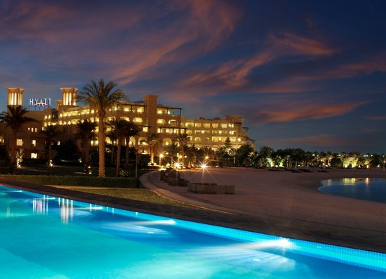 Grand Hyatt Doha Hotel & Villas: Infinity Pool - Night Shot