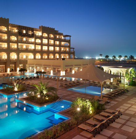 Grand Hyatt Doha Hotel & Villas: Outdoor Pool - Night Shot