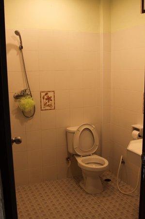 Kasemsuk Guesthouse:                                     bathroom