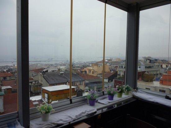 Salinas Istanbul Hotel:                   Вид на мраморное море и крыши домов с террасы на которой проходит завтрак