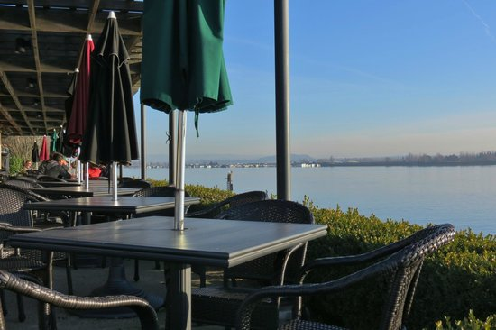 Homewood Suites by Hilton Vancouver-Portland: McMennimins Restaurant outdoor seating overlooking river