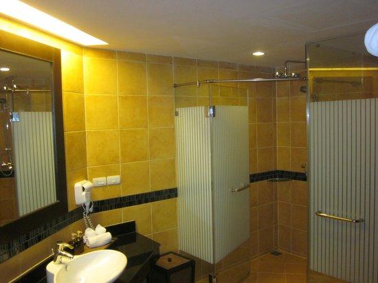 Anyavee Tubkaek Beach Resort:                   View of the shower and toilet